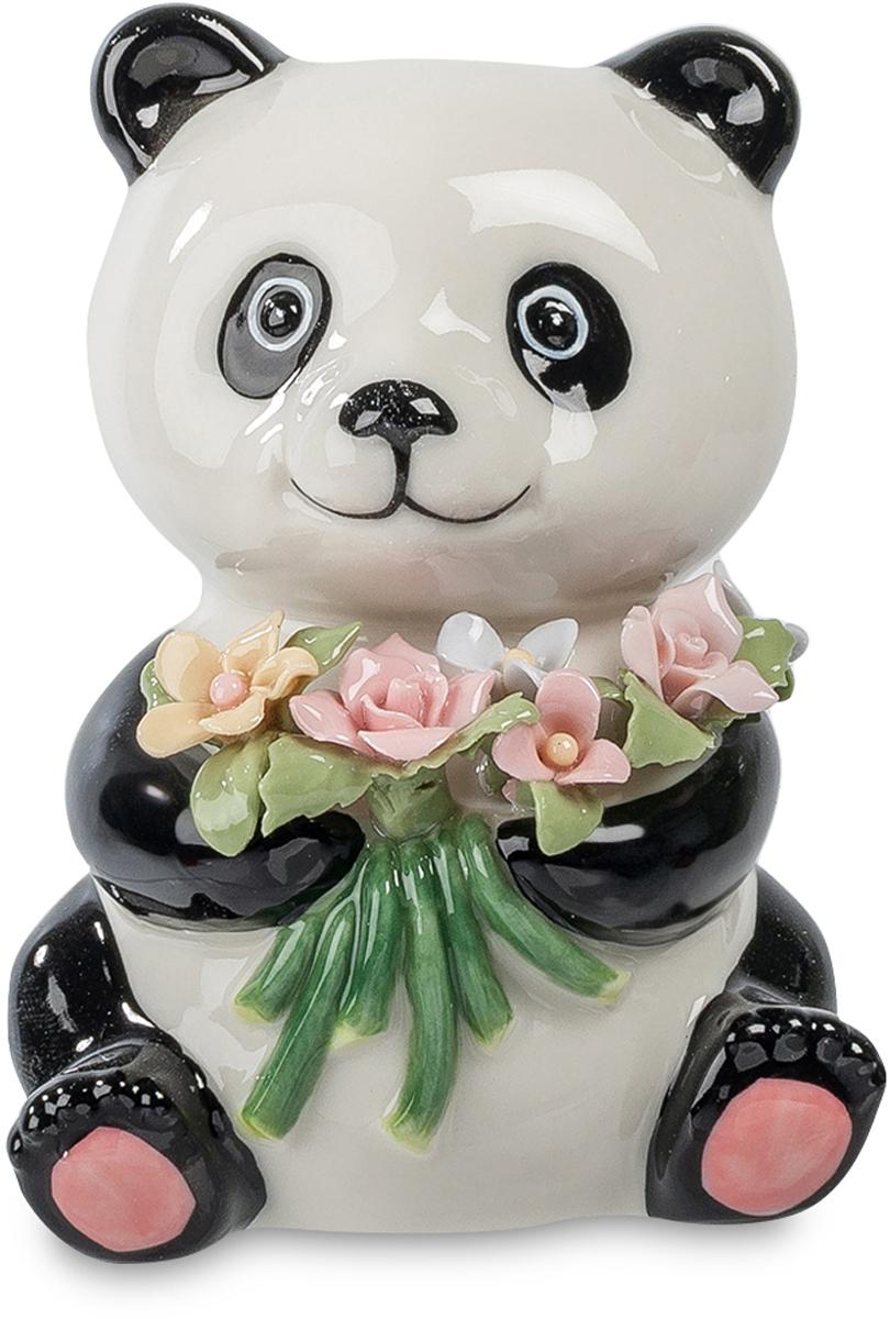 Фигурка Pavone Панда с букетом. CMS-60/ 912723Фигурка Панда с букетом (Pavone) Маленькая панда с букетом цветов в лапах робко улыбается, глядя вам в глаза. Ей сегодня доверена важнейшая роль – передать букет той, к которой вы испытываете нежные чувства. Обычные цветы завянут, а эти будут каждое утро такими же свежими и яркими, как и взгляд панды, без слов говорящей о любви. Этот символ будущего счастья надолго останется памятью о самом начале длинного семейного пути. Подарите такую панду с букетом своей любимой – а соответствующие слова найдутся сами. Или панда скажет их вместо вас.