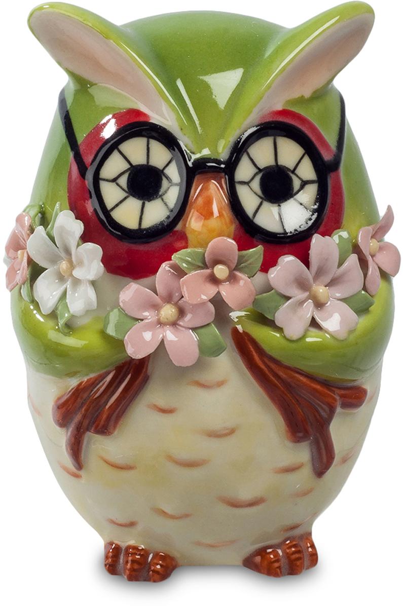 Фигурка декоративная Pavone Сова с букетом, высота 9 см10850/1W GOLD IVORYФигурка декоративная Pavone Сова с букетом, выполненная из высококачественного фарфора, станет отличным подарком. Подарить цветы – это всегда хорошо. А эта маленькая сова – просто средство для их передачи. Сова – птица мудрая, и если вы – человек интеллектуального труда, да к тому же носите очки, эту птичку можно рассматривать, как дружеский шарж на самого себя. Тогда та, которой вы подарите эту фигурку, при каждом взгляде на нее будет вспоминать, что это именно вы принесли ей охапку цветов.
