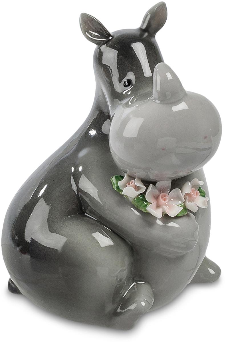 Копилка Pavone Носорог. CMS-60/12RG-D31SКопилка Бегемот (Pavone) Может ли грубый, толстый, серый носорог выглядеть нежным и привлекательным? Еще как может – посмотрите на этого симпатичного, улыбающегося зверя, который как бы принес вам целую охапку свежих цветов. От такого доброжелательного носорога так и исходит внимание, доброта и искреннее пожелания счастья. Но эта статуэтка – не просто цветы в лапах носорога: на нее можно не только смотреть с удовольствием. Она имеет и практическое назначение: в щель на спине можно бросать монетки, собирая денежный запас на покупку, о которой давно мечтаете. Оказывается, носорог и мечтам исполняться помогает!