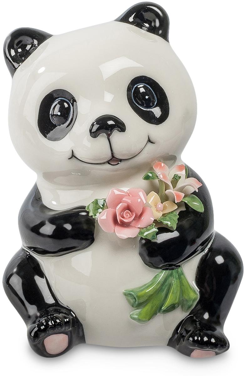 Копилка Pavone Панда, высота 13 смRG-D31SКопилка Pavone Панда, изготовленная из высококачественного фарфора, станет отличным украшением интерьера вашего дома или офиса. Копилка выполнена в виде милой панды. На оборотной стороне изделия имеется прорезь для монеток и отверстие на дне изделия для извлечения денег.Панда - зверек симпатичный. Она как будто улыбается вам навстречу, готовая вручить маленький букетик красивых цветов. Что ж, пусть она послужит посредником, каждый день вместе с этими скромными цветами даря вам превосходное настроение.Высота копилки: 13 см.