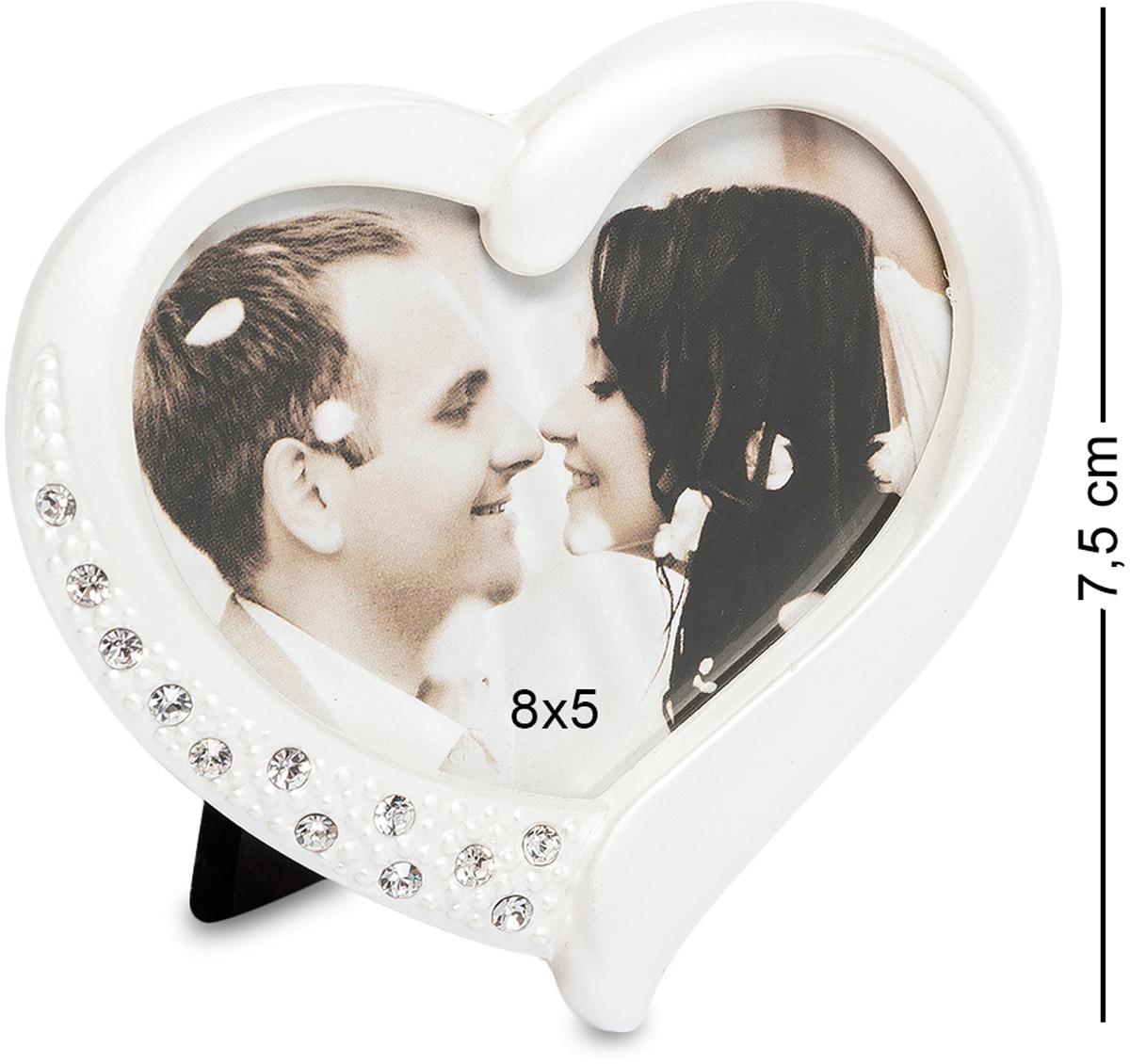 Фоторамка Bellezza Casa Сердце, фото 8х5. CHK-165RG-D31SФоторамка для фотографий 8х5 см.Влюбленные любят часто и много фотографироваться, а также дарить друг другу свои фотографии. Эти фотографии хочется поставить на самое видное место в комнате и бесконечно любоваться любимыми чертами. Для таких особенных фото подойдет фоторамка Сердце.Фоторамка Сердце размером 13х13выполнена в виде сердца. Материалом, из которого сделана рамка, является металл. Вверху рамка усыпана стразами, которые при малейшем попадании солнца, заиграют на стенах комнаты веселыми солнечными зайчиками, тем самым создадут прекрасное настроение ее обладателю. Стразы предают фоторамке особенную торжественность и неповторимость.Фоторамка Сердце станет очаровательным подарком любимой девушке на день святого Валентина или будет прекрасным дополнением к свадебному подарку. Такую рамку можно подарить любимой маме или любящей дочери.