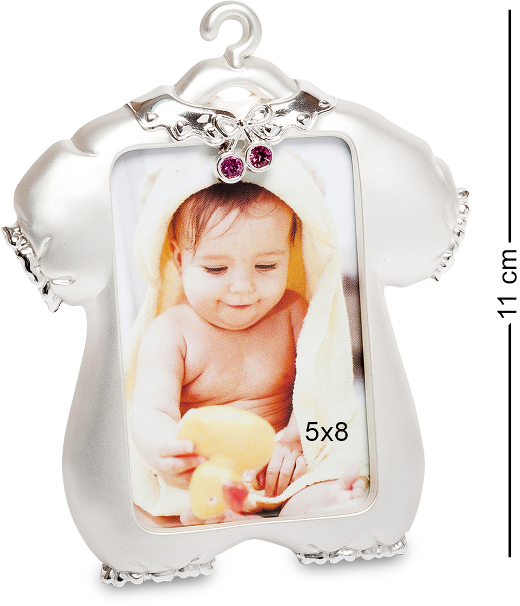 Фоторамка Bellezza Casa Маленькая принцесса, фото 5х8. CHK-004THN132NФоторамка для фотографий 5х8 см.Оригинальная фоторамка Маленькая принцесса может стать отличным подарком к рождению ребенка. Необычный дизайн в виде забавного комбинезона станет милым сюрпризом довольным родителям. Счастливый момент в жизни каждого человека всегда связан с рождением детей. И хочется везде расставить фотографии малыша. Фоторамка создана в серебристой цветовой гамме. Она декорирована небольшими стразами красного цвета. Отлично подойдёт в качестве элемента декора в детскую комнату. Если вам хочется всегда видеть фотографии любимого ребенка, то фоторамка прекрасное воплощение ваших желаний в реальность. Она предназначена для фотографии девочки.