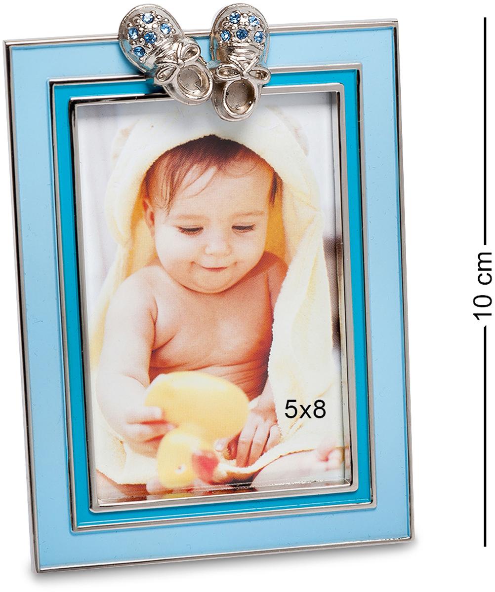 Фоторамка Bellezza Casa Маленький принц, фото 5х8. CHK-01112723Фоторамка для фотографий 5х8 см.Классический вариант фоторамки с декором в виде небольших башмачков представлен рамкой Маленький принц. В ней поместится фотография стандартного размера 10?15. Она декорирована ярко голубым фоном, имеет прямоугольный вид и может стоять только в вертикальном положении, так как при перевороте горизонтально, башмачки будут смотреться немного иначе и будут сбоку фоторамки. Устойчивое основание позволяет ставить рамку на разные поверхности и благодаря своему весу, она не будет быстро падать. Фоторамка может стать отличным подарком молодым родителям, у которых недавно появился замечательный мальчик. Рамка создана из экологичных материалов, прочная и крепкая, если упадет на пол, то вероятность того, что она сразу разобьётся крайне маленькая. Если вы хотите удивить и обрадовать молодую маму, то у вас это получится вместе с этой чудесной фоторамкой.