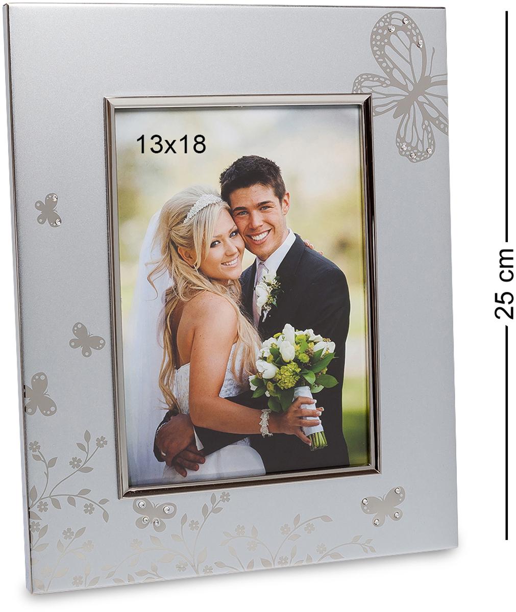 Фоторамка Bellezza Casa Бабочки любви, фото 13х18. CHK-067RG-D31SФоторамка для фотографий 13х18 см.Серебристая рамка для фото выполнена в классическом стиле. Неброские элементы дизайна подчеркивают утонченную работу мастера. Она усыпана стразами, является воплощением современного вкуса и непередаваемого романтического стиля. Четкие линии делают фоторамку изящной и строгой. В дизайне особый акцент уделяется мелким деталям — едва заметные бабочки, небольшие цветы, плавные линии, которые правильно дополняют общую композицию.Рамка подходит для фотографий 10?15, но общая дизайнерская идея ассоциируется со свадебными фотографиями, поэтому эту фоторамку можно подарить молодоженам или на годовщину свадьбы. Это идеальное дополнение к основному подарку. Она будет отлично смотреться в любой комнате, а стразы радугой переливаться под солнечными лучами.