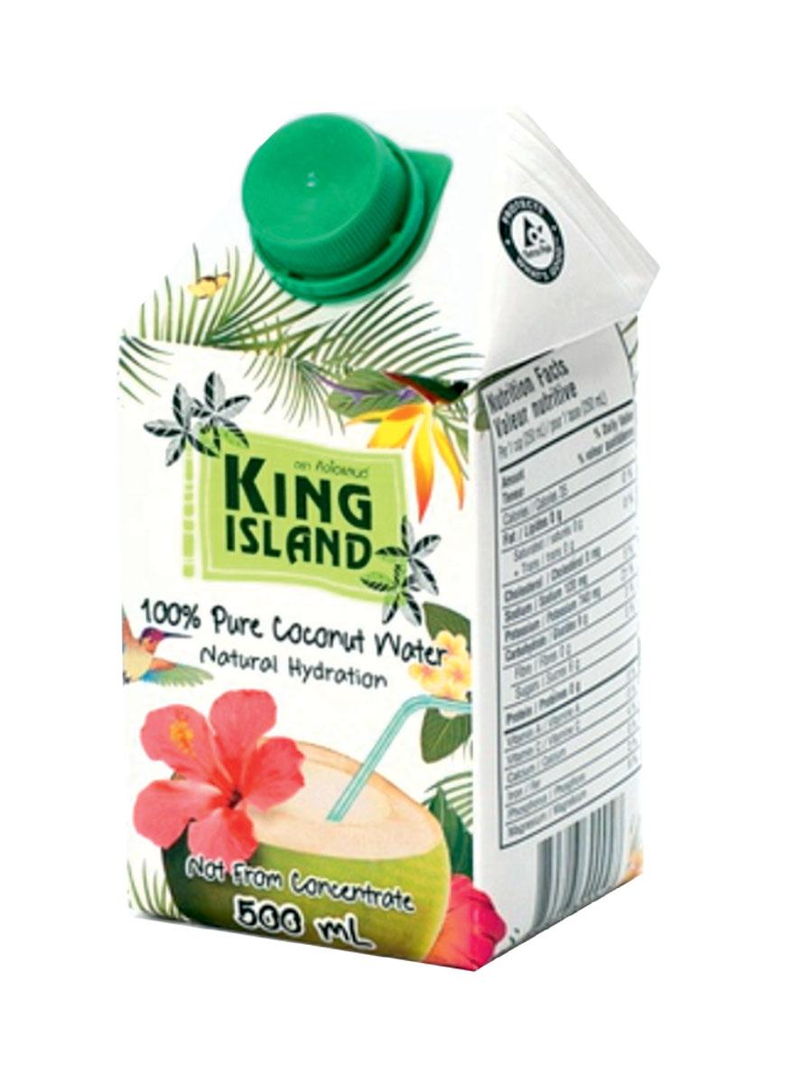 King Island кокосовая вода без сахара, 500 мл0120710100% натуральная кокосовая вода без сахара. Кокосовая вода – природный изотонический напиток, насыщающий кислородом все клетки организма, улучшающий обмен веществ, содействующий снижению веса, поднимающий иммунитет, способствующий нормализации уровня сахара в крови. Полезен при борьбе с вирусами, в т.ч. герпеса, гриппа и др. Натуральный источник минералов: натрий, кальций, железо, магний, фосфор, медь, калий, селен, марганец, цинк, глюкоза. Содержит витамины: С, В-6, В-12, рибофлавин, ниацин, тиамин, пиридоксин, холин, фолаты.Кокосовая вода King Island содержит около 294 мг калия, это больше, чем почти во всех спортивных напитках (117 мг) и энергетиках. В то же время в ней меньше натрия (25 мг), чем в спортивных(41 мг) и энергетических (200 мг) напитках, поэтому King Island - идеальный напиток для любителей фитнеса и активного образа жизни. При этом он не содержит сахара (а так же фруктозы и других сахарозаменителей), а калорийность такого напитка всего 14 кКал на 100 г. Таким образом, King Island помогает не только утолить жажду, но и восполнить потери солей.Благодаря своим уникальным свойствам Кокосовая вода является неоценимым продуктом питания в период беременности и лактации. Это абсолютно гипоаллергенный продукт, пригодный для питания детей любого возраста. Пейте охлажденным.