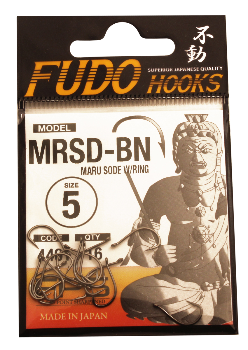 Крючок Fudo Maru Sode W/Ring, №5 BN (4401), 16 шт010-01199-23Рыболовные крючки FUDO, производства Японии, являют собой сочетание лучших материалов , лучших технологий и наилучших человеческих навыков. Основными характеристиками крючков являются : 1 ) оптимальная форма -с точки зрения максимального улова. 2) Экстремальный заточка крюка , которая сохраняется при длительной ловле. 3) Отличная эластичность, что позволяет им противостоять деформации. 4) Общая коррозионная стойкость в процессе производства , благодаря нескольким патентам в области металлургии и производства техники. Сталь с управляемым содержания углерода -это те материалы, которые применяются в производстве крючков. Эти материалы, в виде калиброванной проволоки ,изготавливаются исключительно для инжиниринговой службы FUDO . После чего, крючок подвергается двум различным методом для заточки : механическим и химическим. Во время заточки, уровень остроты контролируется онлайн , что в итоге приводит к идеальному повторению всей серии. Прочность крючка реализуется через печи , где система компьютерной помощи регулирования температуры , позволяет достичь точности в производстве в 0,01 градуса по Цельсию, и времени обработки с точностью 0, 001 секунды. В результате крючки FUDO получаются абсолютно закаленными , что позволяет добиться отличного результата по твердости и эластичность, а также все модели крючков обладают анти коррозионным покрытием. Место крепления крюка с леской, выполненно в виде кольца. С изогнутым жалом.