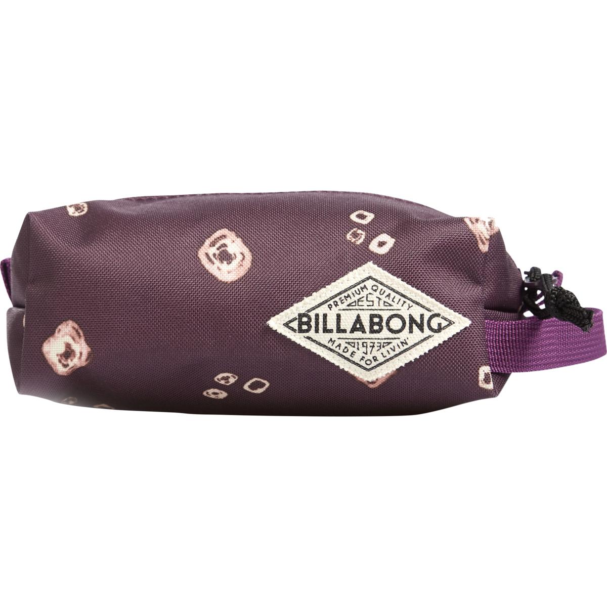 Сумка-пенал Billabong Laval, цвет: светло-бордовый , 3 лZ9PE02Компактная сумка-пенал Billabong Laval - удобный аксессуар для косметики, различных мелочей, и, конечно, канцелярских принадлежностей. Пенал легко помещается в сумку или рюкзак. Имеются застежка на молнии и ремешок для переноски в руке. Материал - прочный полиэстер 600D.
