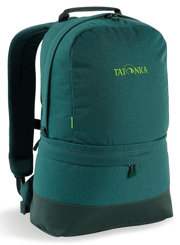 Рюкзак городской Tatonka Hiker Bag, цвет: темно-зеленый, 21 лRivaCase 8460 blackСовременный городской рюкзак Tatonka Hiker Bag, выполненный в стиле ретро, оснащен системой подвески Padded Back с S-образными лямками, обтянутыми сеточкой AirMesh и дном из прочного материала Cordura. Внутри изделия имеется съемное промежуточное дно, позволяющее разделить рюкзак на два отделения. Кожаные аппликации придают рюкзаку неповторимый облик.Особенности рюкзака:- Подвеска Padded Back.- S-образные плечевые ремни, обтянутые сеточкой AirMesh.- Съемное промежуточное дно.- Кожаные аппликации.- Дно из прочного материала Cordura 700 Den.- Съемный поясной ремень.