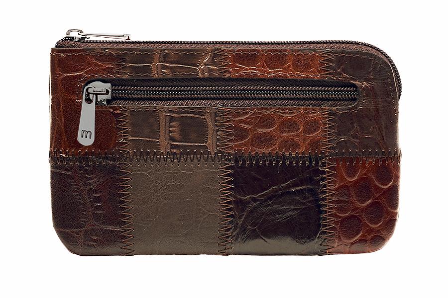Ключница Malgrado, цвет: коричневый.50501A-490A39864|Серьги с подвескамиСтильная ключница Malgrado изготовлена из натуральной кожи с комбинированным тиснением и имеет одно отделение на застежке-молнии. Внутри - цепочка с металлическим кольцом для ключей. На задней стенке расположен кармашек на застежке-молнии.Ключница упакована в коробку из плотного картона с логотипом фирмы. Характеристики: Материал:натуральная кожа, металл, текстиль. Размер ключницы:12,5 см x 7,5 см х 1 см. Цвет:коричневый. Размер упаковки:13 см x 9,5 см x 3 см. Артикул:50501A-490A Coffee.