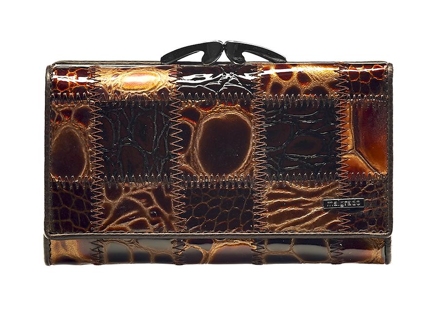 Кошелек женский Malgrado, цвет: коричневый. 55020-5A-490W16-11122_204Стильный женский кошелек Malgrado выполнен из натуральной лакированной кожи с тиснением под рептилию и оформлен металлической фурнитурой с символикой бренда. Изделие содержит два отделения: отделение для монет, которое закрывается на рамочный замок, и отделение для купюр, которое закрывается на кнопку. Отделение для монет разделено перегородкой и содержит две секции для мелочи. Отделение для купюр содержит три боковых кармана, четырнадцать карманов для кредитных карт, один из которых дополнен вставкой из пластика, два отделения для купюр, одно из которых закрывается на молнию. Изделие поставляется в фирменной упаковке.Кошелек Malgrado станет отличным подарком для человека, ценящего качественные и практичные вещи.