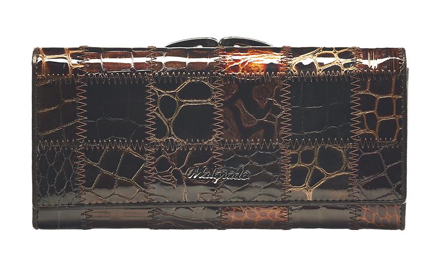 Кошелек женский Malgrado, цвет: темно-коричневый, коричневый, бежевый. 72031-3A-490ABM8434-58AEСтильный кошелек Malgrado изготовлен из натуральной кожи коричневого цвета с декоративным комбинированным тиснением и вмещает в себя купюры в развернутом виде в полную длину. Внутри содержит четыре отделения для купюр, одно из которых на молнии, четыре кармана для дисконтных карт, визиток, кредиток, один прозрачный кармашек, в который можно положить пропуск, проездной документ или фотографию и дополнительный потайной карман. Снаружи расположен один отдел для мелочи, который закрывается на рамочный замок. Закрывается кошелек клапаном на кнопку.Кошелек упакован в подарочную металлическую коробку с логотипом фирмы. Такой кошелек станет замечательным подарком человеку, ценящему качественные и практичные вещи. Характеристики:Материал: натуральная кожа, текстиль, металл. Размер кошелька: 18,5 см х 9 см х 3 см. Размер упаковки:23 см х 13 см х 4,5 см. Артикул: 72031-3A-490A.