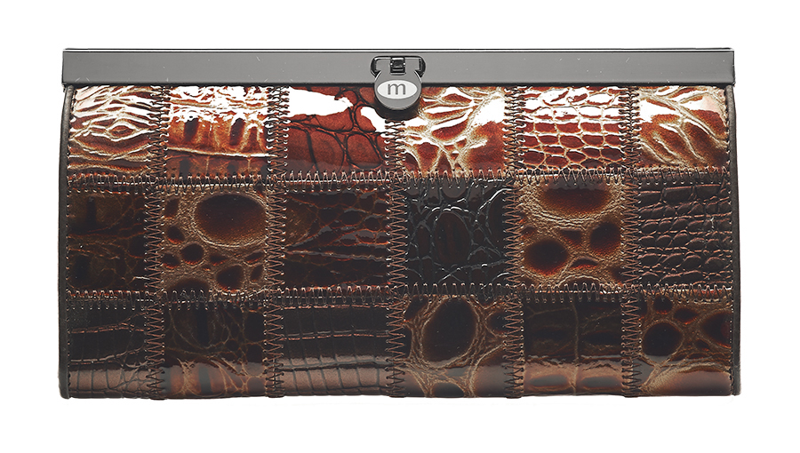 Кошелек Malgrado, цвет: кофейный. 73003A-490INT-06501Стильный кошелек Malgrado выполнен из лаковой натуральной кожи кофейного цвета с декоративным тиснением. Внутри содержит два горизонтальных кармана из кожи для бумаг, четыре кармашка для кредитных карт, два кармашка со вставками из прозрачного пластика, отделение на молнии для мелочи и четыре отделения для купюр. Кошелек упакован в подарочную металлическую коробку с логотипом фирмы. Такой кошелек станет замечательным подарком человеку, ценящему качественные и практичные вещи. Характеристики:Материал: натуральная кожа, текстиль, металл. Размер кошелька: 19 см х 10 см х 2 см. Цвет: кофейный.Размер упаковки: 23 см х 13 см х 4,5 см. Артикул: 73003A-490.
