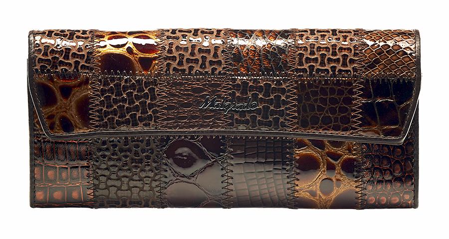 Кошелек женский Malgrado, цвет: кофе. 75504A-490A1-022_516Кошелек Malgrado изготовлен из натуральной лакированной кожи кофейного цвета. Необычный дизайн кошелька в виде квадратов с разным дизайном тиснения под рептилию оценит любая модница. Купюры вмещаются в полную длину. Закрывается кошелек при помощи клапана на кнопку. Внутри расположено три отделения для купюр, три потайных отделения для бумаг, три кармашка для пластиковых карт и визиток, а также отдел на молнии для мелочи. Такой кошелек стильно дополнит ваш образ и станет незаменимым аксессуаром. Кошелек упакован в подарочную металлическую коробку синего цвета. Характеристики:Материал: натуральная кожа, текстиль, металл. Цвет: кофе. Размер (ДхШхВ): 19,5 см х 9 см х 2,5 см.