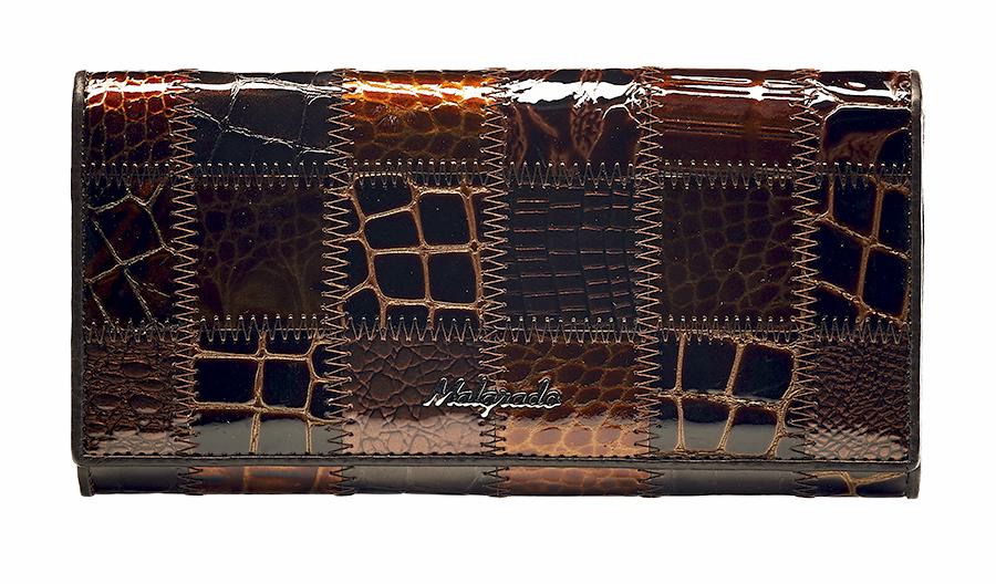 Кошелек женский Malgrado, цвет: кофе. 72058-3A-4901-022_516Женский кошелек Malgrado изготовлен из натуральной кожи с декоративным комбинированным тиснением под рептилию. Купюры вмещаются в полную длину. Закрывается кошелек при помощи клапана на кнопку. Внутри расположено три отделения для купюр, два потайных отделений для бумаг, семь кармашков для пластиковых карт и визиток, один кармашек на молнии, два отделения для мелочи, который закрывается на рамочный замок, а также прозрачное окошко для фотографии. С задней стороны также имеется открытое отделение для мелочи или бумаг.Такой кошелек стильно дополнит ваш образ и станет незаменимым аксессуаром. Кошелек упакован в подарочную металлическую коробку синего цвета.