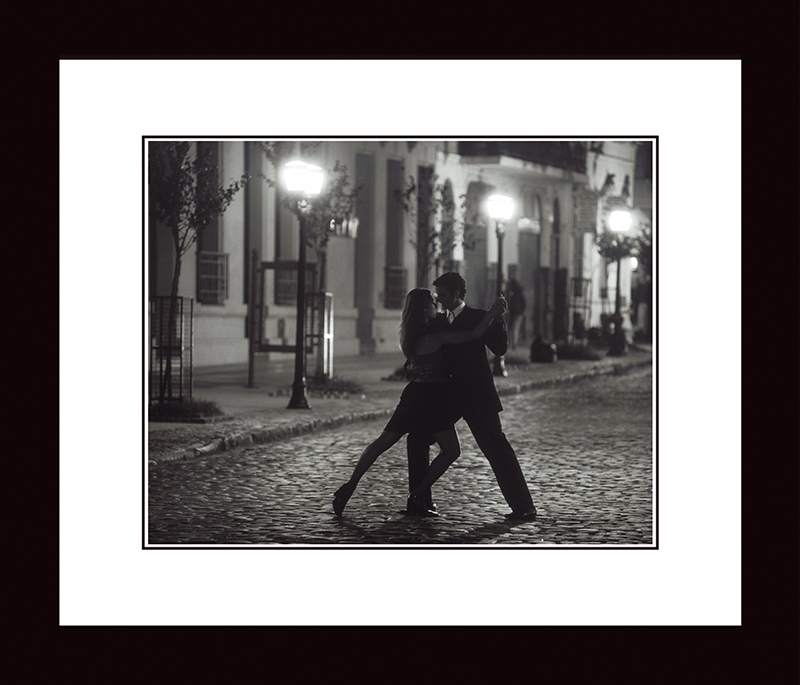 Картина Postermarket Танго в Буенос-Айресе, 33 х 40 см41623Картина Postermarket Танго в Буенос-Айресе прекрасно подойдет для декора интерьера различных помещений. Постер, выполненный в технике фотопечать, обрамлен паспарту и оформлен багетом черного цвета. Картина для интерьера (постер) - это современное и актуальное направление в дизайне помещений. Ее можно использовать для оформления любых помещений (дом, квартира, офис, бар, кафе, ресторан или гостиница). работоспособность. Правильное оформление интерьера создает благоприятный психологический климат, улучшает настроение и мотивирует.Размер картины: 330 x 400 мм.