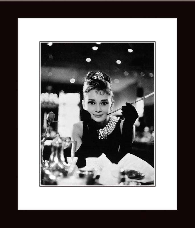 Картина Postermarket Одри Хепбёрн. Завтрак у Тиффани, 27 х 32 смCT4-26Картина Postermarket Одри Хепбёрн. Завтрак у Тиффани прекрасно подойдет для декора интерьера различных помещений. Постер, выполненный в технике фотопечать, обрамлен паспарту и оформлен багетом черного цвета. Картина для интерьера (постер) - это современное и актуальное направление в дизайне помещений. Ее можно использовать для оформления любых помещений (дом, квартира, офис, бар, кафе, ресторан или гостиница). работоспособность. Правильное оформление интерьера создает благоприятный психологический климат, улучшает настроение и мотивирует.Размер картины: 270 x 320 мм.