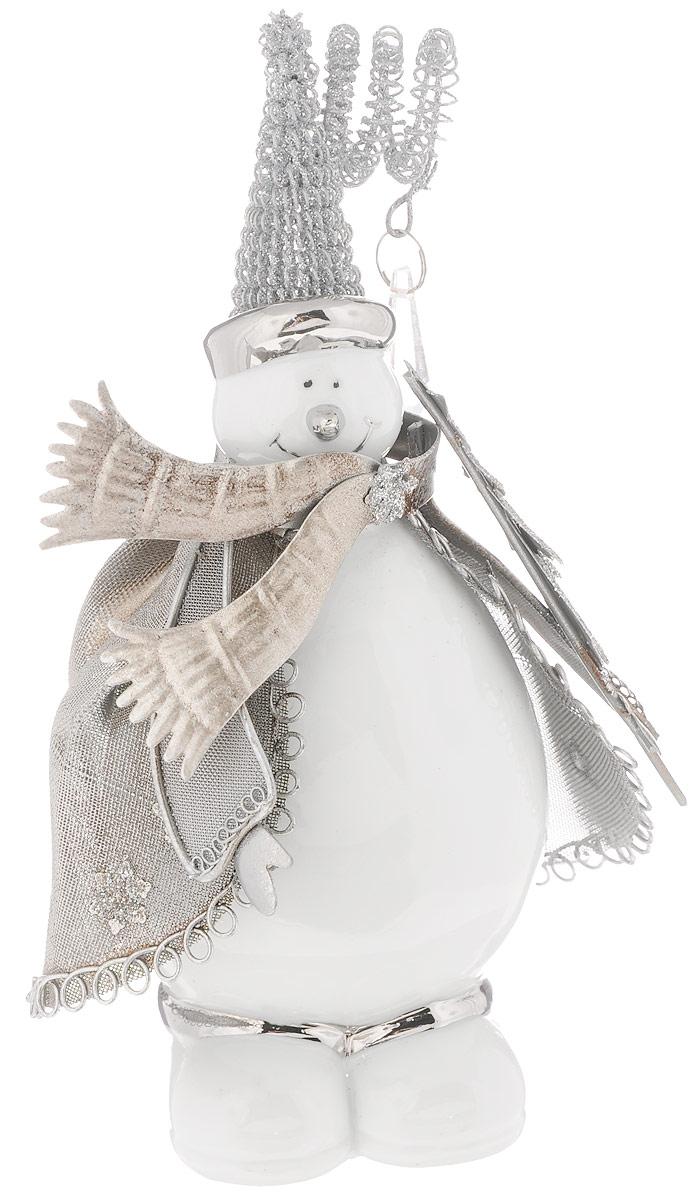 Фигурка декоративная House & Holder Снеговик, высота 21 смNLED-454-9W-BKФигурка новогодняя House & Holder Снеговик прекрасно подойдет для праздничного декора вашего дома. Изделие выполнено из керамики и металла в виде снеговика. Такое оригинальное украшение оформит интерьер вашего дома или офиса в преддверии Нового года. Оригинальный дизайн и красочное исполнение создадут праздничное настроение. Кроме того, это отличный вариант подарка для ваших близких и друзей.
