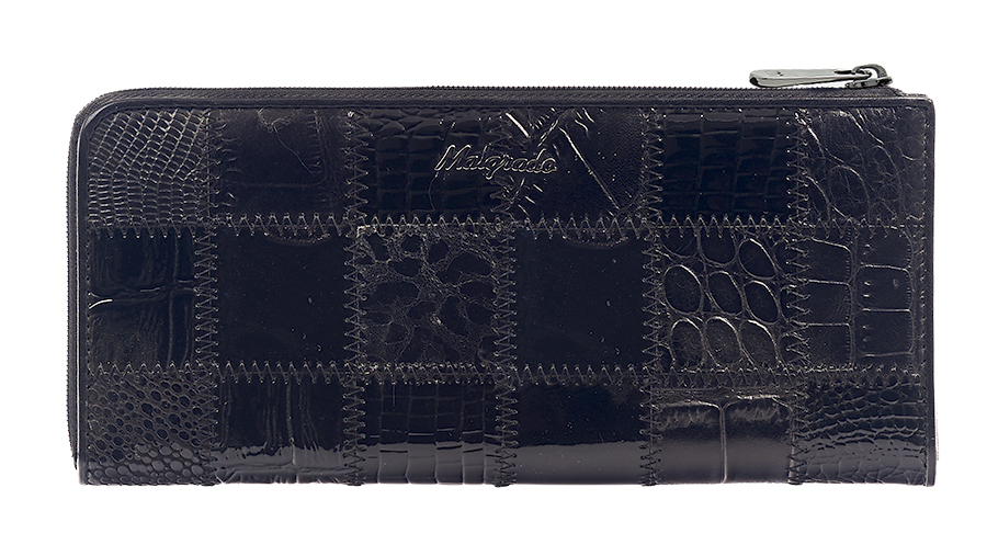 Кошелек Malgrado, цвет: черный. 76002A-239ABM8434-58AEСтильный и модный клатч Malgrado изготовлен из натуральной кожи черного цвета с комбинированным тиснением и застегивается на молнию. Клатч имеет два отделения для купюр, карман на молнии и два горизонтальных кармана для бумаг. Внутри также расположены двенадцать отделений для дисконтных карт, визиток и кредиток. Снаружи, на оборотной стороне расположен карман на молнии.Такая модель клатча очень актуальна в этом сезоне.Клатч упакован в коробку из плотного картона с логотипом фирмы. Характеристики:Материал: натуральная кожа, текстиль, металл. Размер клатча: 19,5 см х 10 см х 2 см. Цвет: черный. Размер упаковки: 23 см х 13 см х 4,5 см. Артикул: 76002A-239A Black.