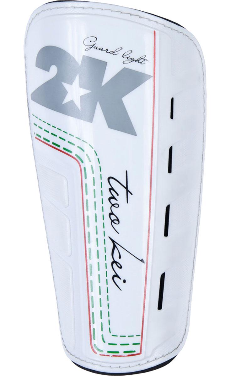 Щитки футбольные 2K Sport Guard, цвет: белый, черный, серый. Размер L120330_white/royalФутбольные щитки профессионального уровня 2K Sport Guard из высококачественного полипропилена. Имеет прочную переднюю панель и двухслойную текстильную подкладку с перфорациями, обеспечивающими лучшую вентиляцию. Применяется для защиты голени во время игры в футбол. В комплект входит текстильный компрессионный чулок для фиксации щитка на ноге.
