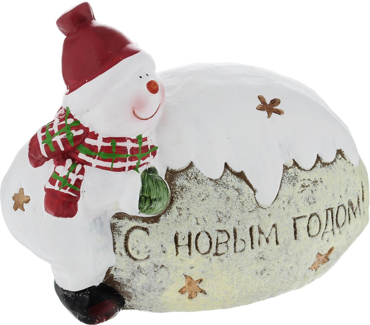 Фигурка деоративная House & Holder Снеговик с сугробом, 14 х 8 х 11,5 смDP-C30-002Фигурка декоративная House & Holder Снеговик с сугробом, выполненная из керамики, станет оригинальным подарком для всех любителей необычных вещей. Изделие оформлено блестками. Изысканный сувенир станет прекрасным дополнением к интерьеру. Вы можете поставить фигурку в любом месте, где она будет удачно смотреться и радовать глаз.