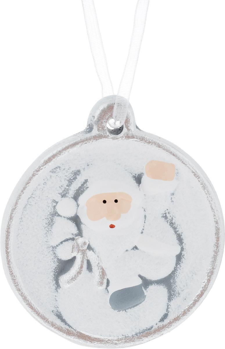 Украшение новогоднее подвесное House & Holder Дед Мороз, 6,5 х 1,5 х 7,3 см42147/75797Новогоднее подвесное украшение House & Holder Дед Мороз выполнено из керамики. С помощью специальной петельки украшение можно повесить в любом понравившемся вам месте. Но, конечно, удачнее всего оно будет смотреться на праздничной елке.Елочная игрушка - символ Нового года. Она несет в себе волшебство и красоту праздника. Создайте в своем доме атмосферу веселья и радости, украшая новогоднюю елку нарядными игрушками, которые будут из года в год накапливать теплоту воспоминаний.Размер: 6,5 х 1,5 х 7,3 см.