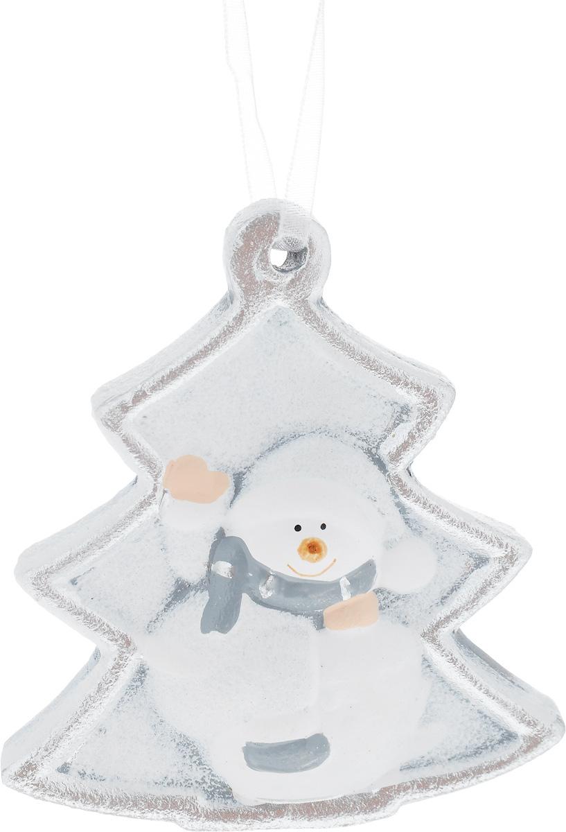 Украшение новогоднее подвесное House & Holder Снеговик, 7 х 7,5 смDP-C30-009Новогоднее подвесное украшение House & Holder Снеговик выполнено из керамики. С помощью специальной петельки украшение можно повесить в любом понравившемся вам месте. Но, конечно, удачнее всего оно будет смотреться на праздничной елке.Елочная игрушка - символ Нового года. Она несет в себе волшебство и красоту праздника. Создайте в своем доме атмосферу веселья и радости, украшая новогоднюю елку нарядными игрушками, которые будут из года в год накапливать теплоту воспоминаний.Размер: 7 х 0,5 х 7,5 см.