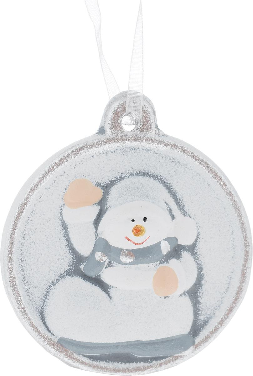 Украшение новогоднее подвесное House & Holder Снеговик, диаметр 6,5 смRSP-202SНовогоднее подвесное украшение House & Holder Снеговик выполнено из керамики. С помощью специальной петельки украшение можно повесить в любом понравившемся вам месте. Но, конечно, удачнее всего оно будет смотреться на праздничной елке.Елочная игрушка - символ Нового года. Она несет в себе волшебство и красоту праздника. Создайте в своем доме атмосферу веселья и радости, украшая новогоднюю елку нарядными игрушками, которые будут из года в год накапливать теплоту воспоминаний.Диаметр: 6,5 см.