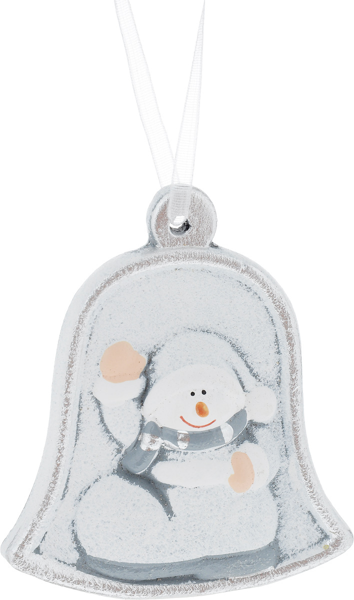 Украшение новогоднее подвесное House & Holder Снеговик, высота 7,5 см1594-3Новогоднее подвесное украшение House & Holder Снеговик выполнено из керамики. С помощью специальной петельки украшение можно повесить в любом понравившемся вам месте. Но, конечно, удачнее всего оно будет смотреться на праздничной елке.Елочная игрушка - символ Нового года. Она несет в себе волшебство и красоту праздника. Создайте в своем доме атмосферу веселья и радости, украшая новогоднюю елку нарядными игрушками, которые будут из года в год накапливать теплоту воспоминаний.Размер: 6,5 х 0,5 х 7,5 см.