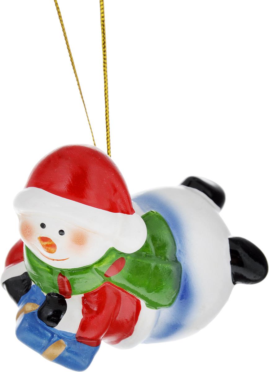 Украшение новогоднее подвесное House & Holder Снеговик, высота 5,5 смDP-C04-39513RНовогоднее подвесное украшение House & Holder Снеговик выполнено из керамики. С помощью специальной петельки украшение можно повесить в любом понравившемся вам месте. Но, конечно, удачнее всего оно будет смотреться на праздничной елке.Елочная игрушка - символ Нового года. Она несет в себе волшебство и красоту праздника. Создайте в своем доме атмосферу веселья и радости, украшая новогоднюю елку нарядными игрушками, которые будут из года в год накапливать теплоту воспоминаний.Размер: 7 х 4,5 х 5,5 см.