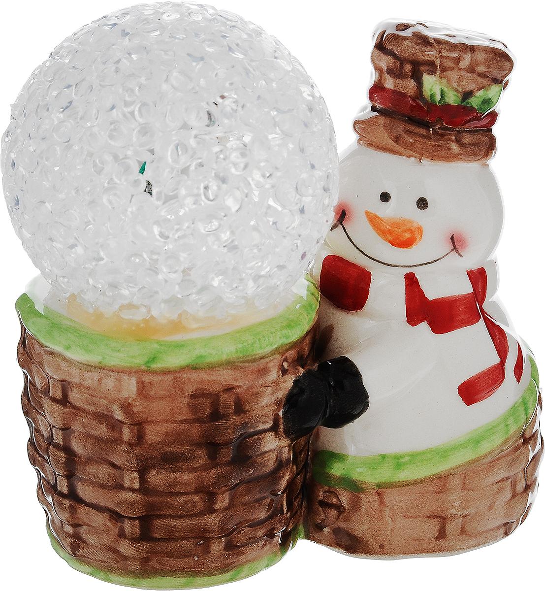 Фигурка декоративная House & Holder Снеговик, с подсветкой, высота 9,5 см6042Фигурка декоративная House & Holder Снеговик, выполненная из керамики, станет оригинальным подарком для всех любителей необычных вещей. Изделие работает от батареек типа LR44 (входят в комплект). Изысканный сувенир станет прекрасным дополнением к интерьеру. Вы можете поставить фигурку в любом месте, где она будет удачно смотреться и радовать глаз.Высота фигурки: 9,5 см.Диаметр шара: 5 см.