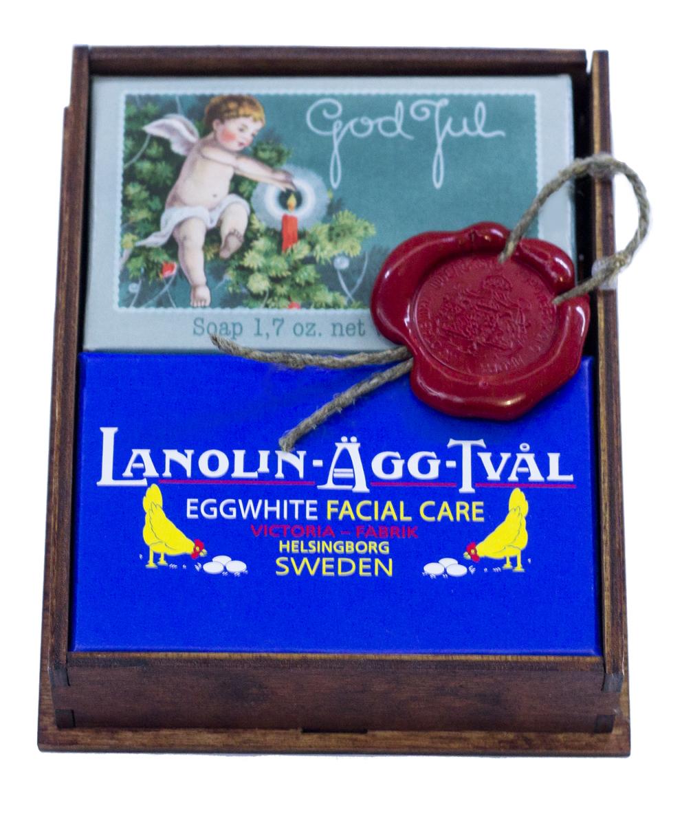 Victoria Soap Малый корф Рождество, арт. 144150320301. Мыло-маска Lanolin-Agg-Tval из яичного белка, созданное по старинному шведскому рецепту, передающееся из поколения в поколение. Уникальное средство превосходно очищает поры от загрязнений, сохраняя ее естественную увлажненность, за счет высокого содержания в нем компонентов натурального происхождения, таких как: ланолин, растительных масел Оливы и масло Ши. А входящий в состав мыло-маски Lanolin-Agg-Tval яичный белок и розовая вода ухаживают за вашей кожей, делая цвет лица более ровным и красивым. Подходит для ежедневного использования, а также в качестве маски для более глубокого очищения 1-2 раза в неделю для всех типов кожи. 2. Мыло-открытка Счастливого Нового Года и Рождества! Очаровательный дизайн коробок напомнит о беззаботном детстве и задорных играх в снежки. А на самом мыле можно найти важное послание от эльфов. Аромат мандарина, корицы и миндаля, ванили, апельсинов и гвоздики окутает Ваш дом волшебством и радостью. 3. Деревянный корф цвета ореха