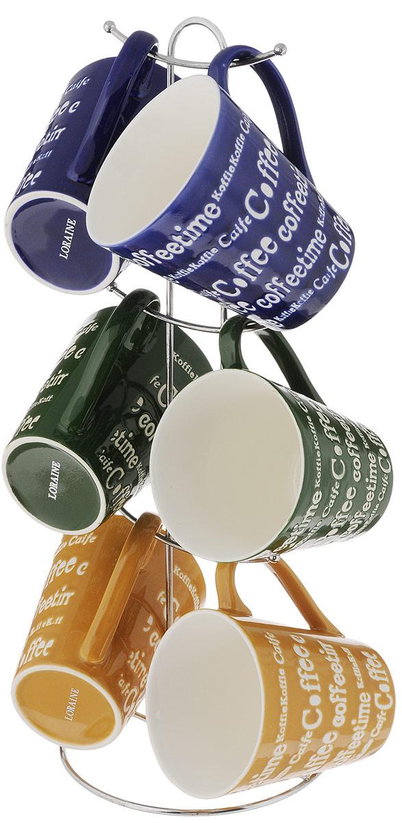 Набор кружек Loraine, цвет: желтый, синий, зеленый, 7 предметов. 24662115510Набор Loraine состоит из 6 кружек и подставки. Кружки выполнены из высококачественной керамики с глазурованным покрытием. Теплостойкие ручки не позволяют обжечь руки во время чаепития. Для хранения кружек предусмотрена металлическая подставка с удобной ручкой для переноски. Яркий дизайн и качество исполнения сделают такой набор замечательным приобретением для вашей кухни. Можно использовать в микроволновой печи и мыть в посудомоечной машине. Диаметр кружки (по верхнему краю): 9 см. Высота кружки: 10 см. Объем кружки: 340 мл. Высота подставки: 38 см.