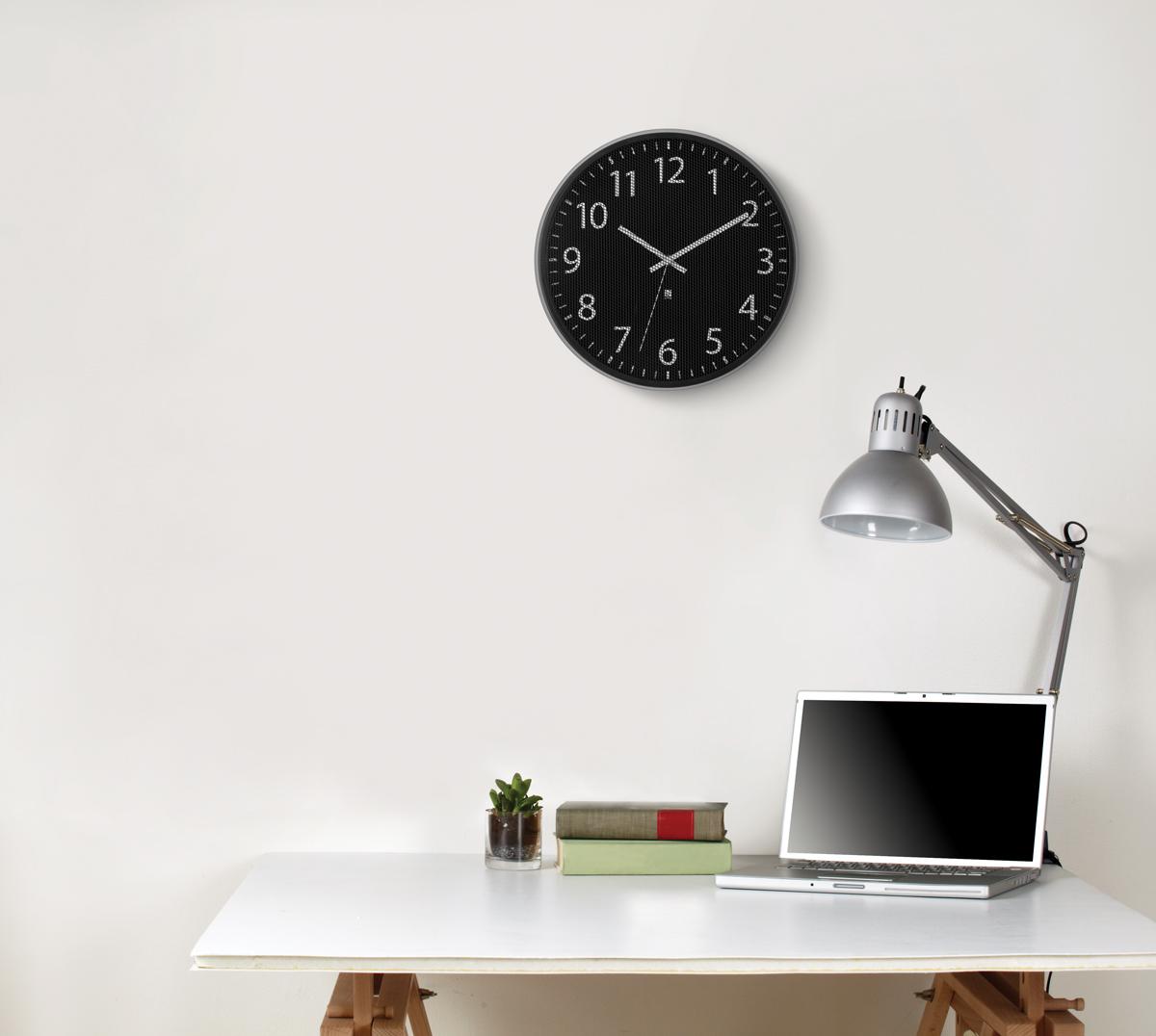 Часы настенные Umbra Perftime122424В отличие от стандартных часов, циферблат модели Pertime защищен не стеклом, а тонкой металлической сеткой, которая создает интересный оптический эффект. В дополнение к плюсам - приятное покрытие основания из матового металла и секундная стрелка, позволяющая определить время с супер-точностью.Батарейка в комплект не входит.