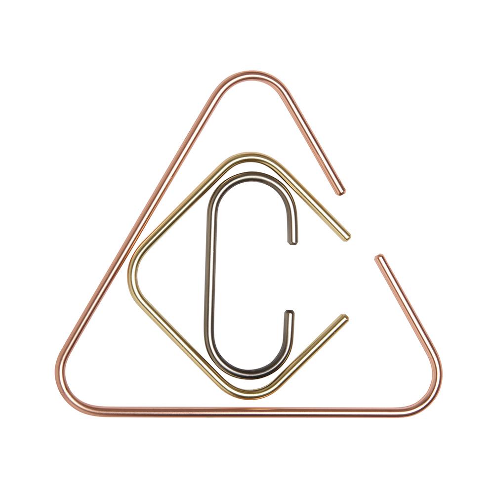 Органайзер для аксессуаров Umbra CatchPR-2WЛаконичное решение для хранения аксессуаров, которое станет интересной альтернативой обычным вешалкам. ?В комплект входят три металлических фигурных держателя разных размеров, с покрытиями из латуни, меди и хрома. Самый крупный держатель идеален для хранения шарфов и полотенец, а два держателя поменьше послужат в качестве вешалок для сумок или ремней. Могут крепиться к штанге для вешалок в шкафу или к двери.Дизайн: Laura Carwardine