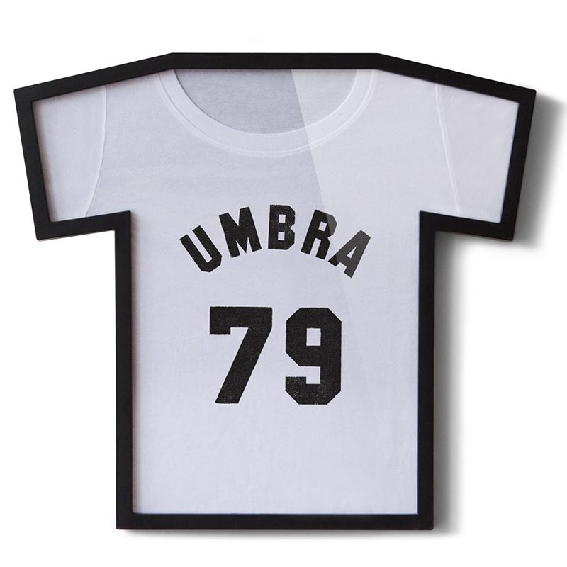 Рамка для футболки Umbra T-frame, цвет: черныйБрелок для ключейПрекрасный подарок настоящему фанату – фоторамка в виде футболки любимого игрока или в виде герба любимого клуба. Если Вы не очень любите спорт и не являетесь поклонником команды, ничего страшного, вставьте в такую фоторамку свою фамилию и любуйтесь ею прямо у себя на стене. Размер вполне солидный – 54,5х49 см.