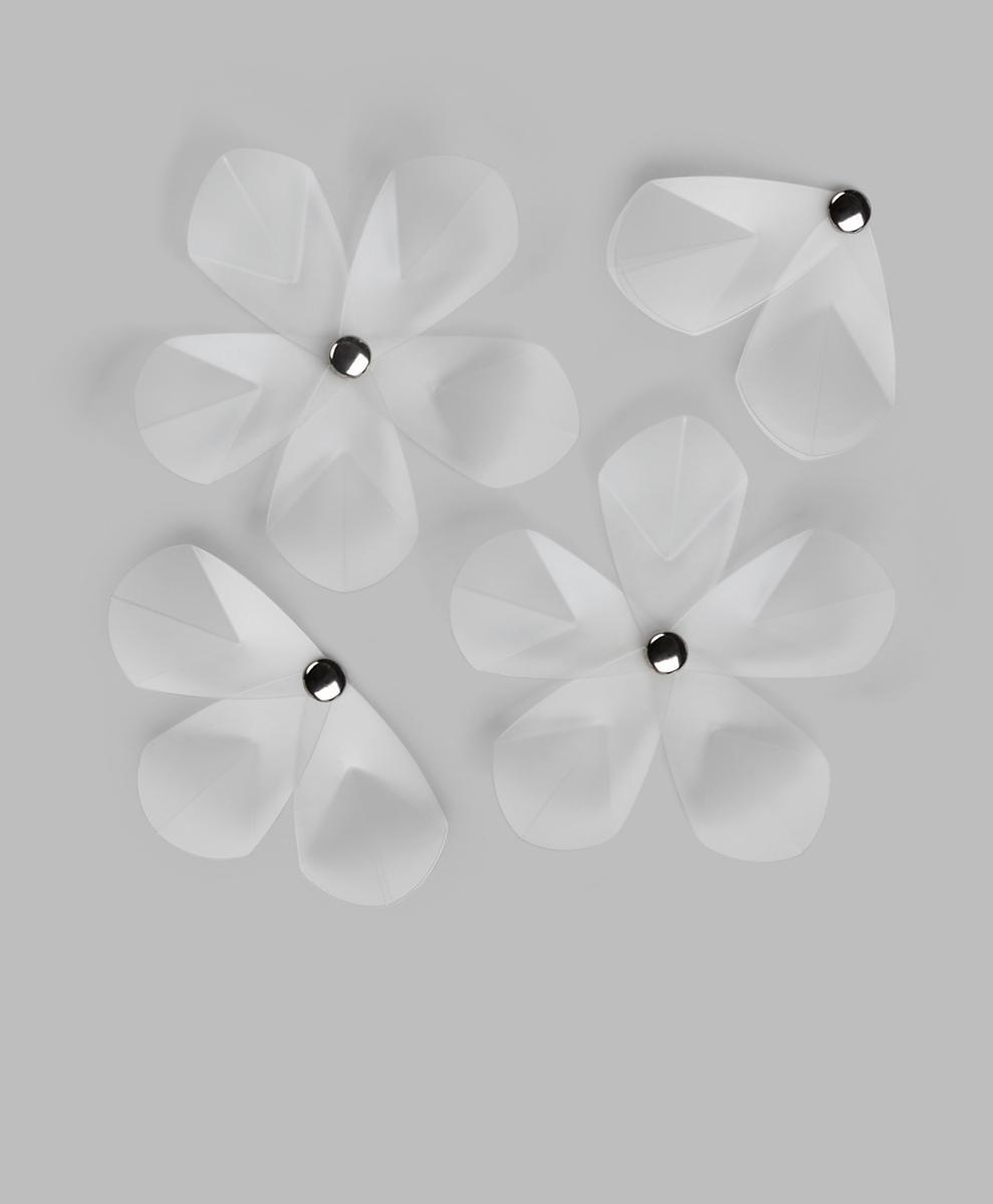 Декоративное украшение Umbra Aerial Flower, настенное, 12 штUTT-91Настенный декор из 12 нежных трогательных цветов из прозрачного акрила. Цветы с разным количеством лепестков крепятся на стену при помощи специальной липучки.