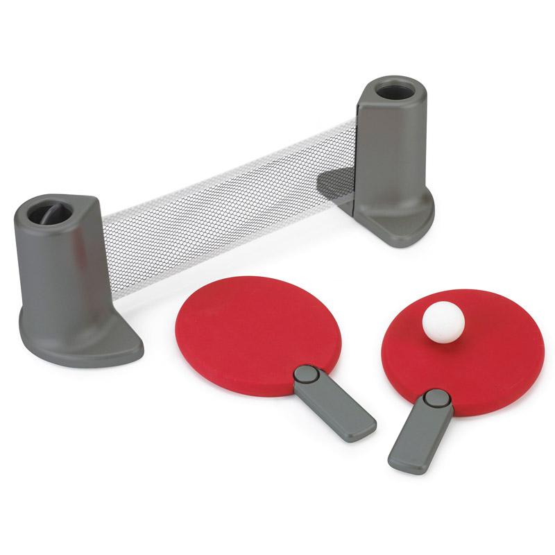 Сувенирный набор Umbra Настольный теннис Pongo, цвет: красныйБрелок для ключейПереносной настольный теннис Umbra, который можно установить на любом рабочем столе. Комплект включает: 2 ракетки, складную сетку, два мячика. Компактно складывается: у ракеток выдвижные ручки, которые можно убрать внутрь, а мячики хранятся в специальных углублениях внутри подставки.Настольный теннис устанавливается на ровную поверхность шириной до 183 см.