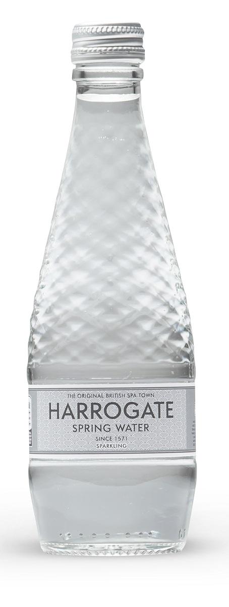 Harrogate вода минеральная газированная, 330 мл (стекло)5060042350308Город Харрогейт, находящийся на юго- востоке графства Йоркшир, всегда был известен своими природными минеральными источниками. Первые упоминания о королевском источнике воды Harrogate встречаются уже в XIV веке. Дегустация и тестирование образцов воды были впервые проведены в конце XVI века Тимоти Брайтом, личным врачом королевы Великобритании Елизаветы.