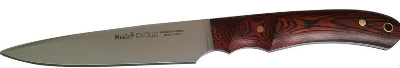 Нож Muela Креол, цвет: красный, длина клинка 14 см. U/CRIOLLO-14U/CRIOLLO-14Креол — это охотничий нож с фиксированным клинком, его общая длина составляет 250 мм при длине лезвия 135 мм. Как правило, фирма Muela использует для создания лезвий сталь 440С, однако здесь была использована сталь 440А, в которой содержится несколько меньшее количество углерода. После процесса закалки сплав приобретает твердость 55 HRC, иными словами лезвие достаточно твердое, и его режущие кромки не крошатся и практически не теряют своей остроты в процессе эксплуатации. Благодаря высокой концентрации ванадия и молибдена, лезвие становиться предельно прочным и упругим, а потому может выдерживать внушительные нагрузки, в том числе и поперечные. Завершает список легирующих элементов никель, он придает стали стойкости к вредному и разрушающему воздействию среды — повышенная влажность, соли и кислоты могут существенно ухудшить режущие характеристики ножа (особенно кислоты).Лезвие имеет две режущие кромки, а это значительно упрощает процесс снятия шкур. Острие лезвия достаточно может быть использовано для вероятной самообороны в условиях дикой местности.Рукоятка ножа изготовлена из красной микарты, этот древесный пластик обладает высокой прочностью, стоек к перепадам температур, а благодаря особому покрытию может выдерживать вредоносное воздействие солей. На рукояти имеются специальные выемки для указательного и среднего пальцев, что улучшает захват и позволяет гораздо лучше перераспределить силу при ударе. Поверхность выполнена несколько шероховатой, это необходимо во избежание выскальзывания рукоятки даже когда ладонь влажная, поскольку небольшая рифленость служит для обеспечения высокого коэффициента трения-скольжения. На конце имеется специальное отверстие для ремня или страхового корда.