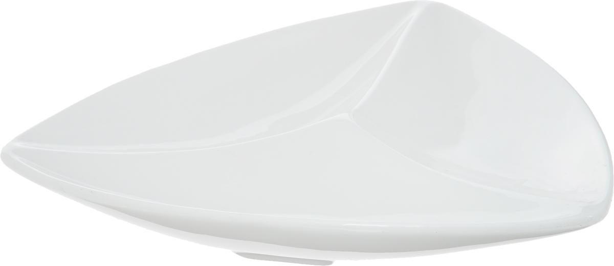 Менажница Wilmax, 3 секции, 20 х 20 смVT-1520(SR)Менажница Wilmax изготовлена из фарфора с глазурованным покрытием. Она состоит из 3 секций, предназначенных для подачи сразу нескольких видов закусок, нарезок, соусов и варенья.Фарфор от Wilmax изготовлен по уникальному рецепту из сплава магния и алюминия, благодаря чему посуда обладает характерной белизной, прочностью и устойчивостью к сколами. Особый состав глазури обеспечивает гладкость и блеск поверхности изделия.Оригинальная менажница Wilmax станет украшением как праздничного, так и повседневного обеденного стола и подчеркнет ваш изысканный вкус. Можно мыть в посудомоечной машине и использовать в микроволновой печи.Размер менажницы по верхнему краю: 20 х 20 см. Высота менажницы: 3 см.Размер секций: 19 х 7 см.