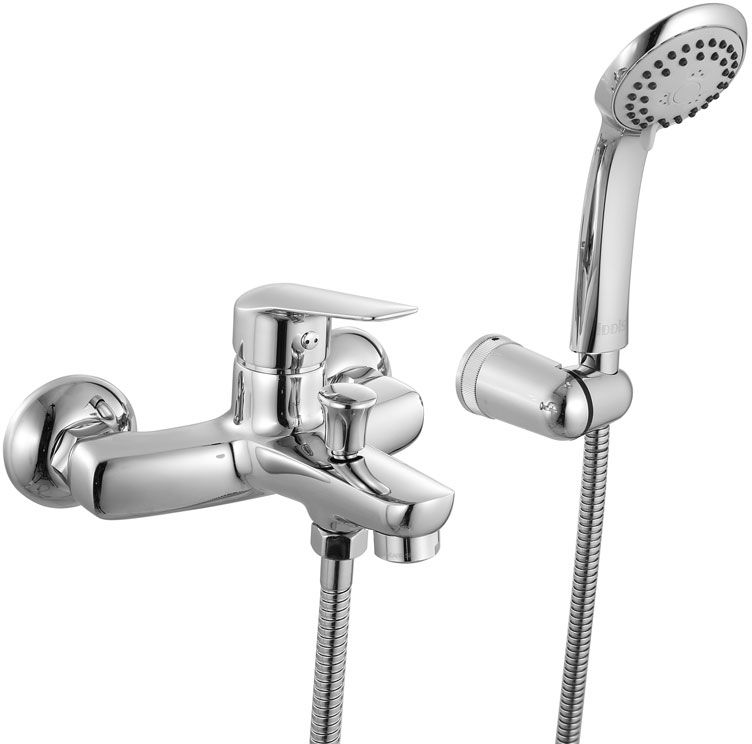 Смеситель для ванны Iddis Torr, с коротким изливом, цвет: хром68/5/1Смеситель для ванны Iddis Torr изготовлен из высококачественной первичной латуни, прочной, безопасной и стойкой к коррозии. Инновационные технологии литья и обработки латуни, а также увеличенная толщина стенок смесителя обеспечивают его стойкость к перепадам давления и температур. Увеличенное никель-хромовое покрытие полностью соответствует европейским стандартам качества, обеспечивает его стойкость и зеркальный блеск в течение всего срока службы изделия. Благодаря гладкой внутренней поверхности смесителя, рассекателям в водозапорных механизмах и аэратору он имеет минимальный уровень шума.Ручная фиксация дивертора позволяет комфортно принимать душ даже при низком давлении воды. Картридж Softap обеспечивает особую плавность хода ручки смесителя - для точной регулировки температуры и напора воды.Съемный пластиковый аэратор Neoperl гарантирует ровный и мягкий поток воды без брызг. Встроенный ограничитель потока оптимизирует расход воды без потери комфорта при использовании.В комплекте: лейка (3 режима) и шланг из нержавеющей стали длиной 1,5 м с защитой от перекручивания.Гарантия на смесители Iddis - 10 лет. Гарантия на лейку и шланг составляет 3 года.