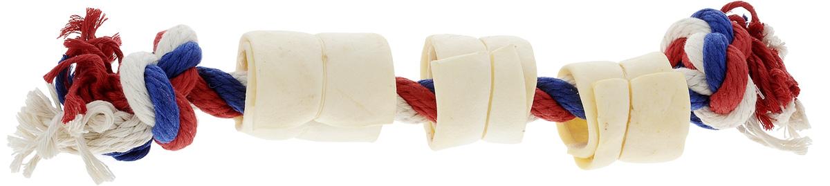 Игрушка-лакомство для собак Titbit, канат с 3 роллами из кожи0120710Оригинальная и привлекательная для собак комбинация игрушки Titbit в виде прочного хлопкового каната и ароматного натурального лакомства из 3 роллов из говяжьей кожи.Игрушка-лакомство предназначена для крупных собак в возрасте от 12 недель. Она эффективна для ухода за ротовой полостью собаки во время игры. Зубы, проникая вглубь волокон каната, мягко очищаются. Одновременно игрушка отлично массирует десны. Сухие лакомства помогают снять зубной камень. Такая игрушка дает возможность вашему питомцу поиграть с пользой для здоровья. Развивает умственные способности и повышает интеллектуальный уровень собаки, а также развлекает ее в отсутствие хозяина и сохраняет от порчи вашу мебель и личные вещи. Не допускайте интенсивных игр в перетягивание в период смены зубов во избежание формирования неправильного прикуса.Состав: хлопок, высушенная говяжья кожа. Диаметр каната: 18 мм.