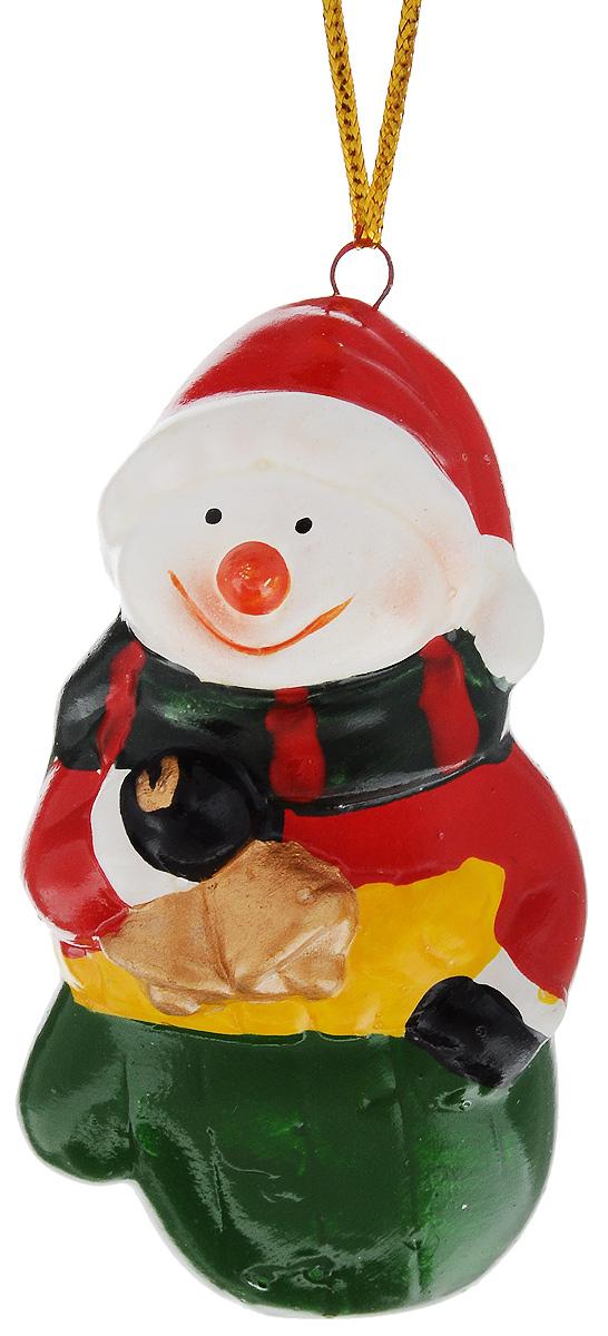 Украшение новогоднее подвесное House & Holder Снеговик с колокольчиком, высота 7,5 смN181719_синийНовогоднее подвесное украшение House & Holder Снеговик с колокольчиком выполнено из керамики. С помощью специальной петельки украшение можно повесить в любом понравившемся вам месте. Но, конечно, удачнее всего оно будет смотреться на праздничной елке.Елочная игрушка - символ Нового года. Она несет в себе волшебство и красоту праздника. Создайте в своем доме атмосферу веселья и радости, украшая новогоднюю елку нарядными игрушками, которые будут из года в год накапливать теплоту воспоминаний.Размер: 4 х 3,5 х 7,5 см.