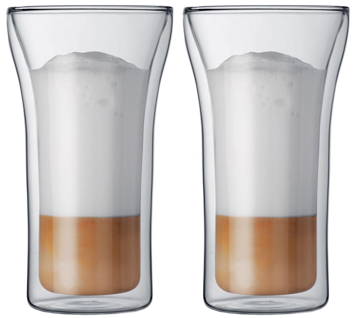 Набор термобокалов Bodum Assam, 400 мл, 2 шт. 4547-1054 009312Набор термобокалов Bodum Assam выполнены из двойного боросиликатного стекла, что позволяет не только держать горячие напитки горячими в течение более длительного времени, но он также позволяет холодным напиткам оставаться холодными дольше. Боросиликатное стекло создает впечатление, будто напиток плавает внутри термобокала. Он намного легче, чем стакан из обычного стекла. Еще одна приятная особенность - отсутствие конденсата, что препятствует возникновению грязных следов от бокала. Термобокалы можно использовать в микроволновой печи и мыть в посудомоечной машине. Боросиликатное стекло выдерживает температуры от -30°C до +520°C.