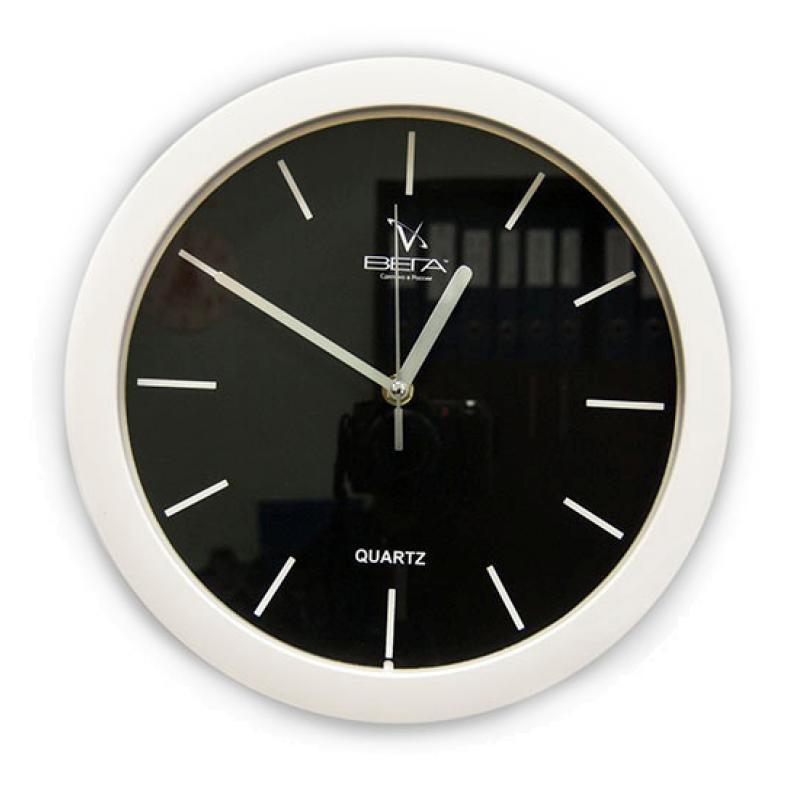 Часы настенные Вега Белые риски, цвет: белыйП1-7/7-23Настенные кварцевые часы Вега Белые риски, изготовленные из пластика, имеют черный циферблат и белые риски, прекрасно впишутся в интерьер вашего дома. Часы имеют три стрелки: часовую, минутную и секундную, циферблат защищен прозрачным стеклом.