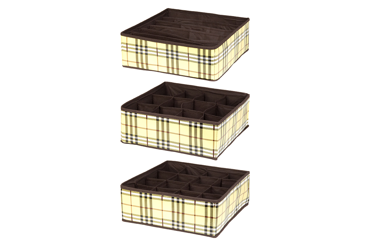 Набор кофров для хранения EL Casa Шотландка, 32 х 32 х 12 см, 3 штU210DFНабор EL Casa Шотландка состоит из трех кофров для хранения. Кофры выполнены из качественного полиэстера, который обеспечивает естественную вентиляцию, отлично пропускает воздух, но не пропускает пыль. Благодаря специальным вставкам из картона кофры прекрасно держат форму. Все кофры содержат разное количество секций. Первый кофр содержит 16 секций для хранения носков и трусов, второй - 12 секций, а третий - 6 продолговатых секций, которые идеальны для бюстгальтеров. Для удобства использования кофры не имеют крышки. Изделия декорированы рисунком в клетку и имеют оригинальный дизайн. Легко складываются и раскладываются. Они помогут хранить вещи компактно и удобно. Подходят для размещения в шкафу, комоде.