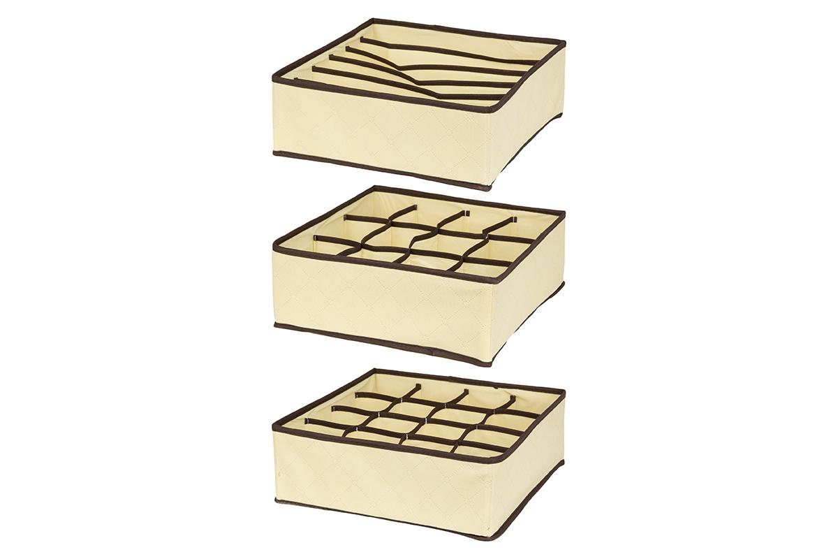 Набор кофров для хранения EL Casa Геометрия стиля, 32 х 32 х 12 см, 3 шт6221CНабор EL Casa Геометрия стиля состоит из трех кофров для хранения. Кофры выполнены из качественного нетканого материала, который обеспечивает естественную вентиляцию, отлично пропускает воздух, но не пропускает пыль. Благодаря специальным вставкам из картона кофры прекрасно держат форму. Все кофры содержат разное количество секций. Первый кофр содержит 16 секций для хранения носков и трусов, второй - 12 секций, а третий - 6 продолговатых секций, которые идеальны для бюстгальтеров. Для удобства использования кофры не имеют крышки. Изделия декорированы геометрическим узором и имеют оригинальный дизайн. Легко складываются и раскладываются. Они помогут хранить вещи компактно и удобно. Подходят для размещения в шкафу, комоде.