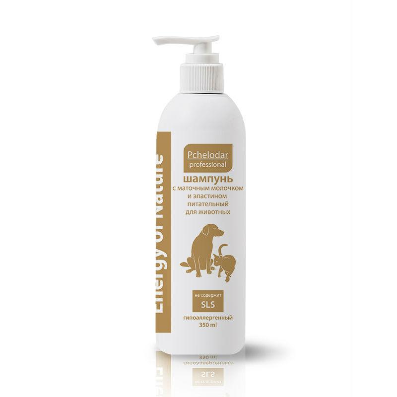 Шампунь питательный Пчелодар, с маточным молочком и эластином, 350 мл0120710Шампунь питательный с маточным молочком и эластином рекомендован для всех типов шерсти собак и кошек. Активные компоненты шампуня бережно очищают и промывают шерстный покров, восстанавливают защитный слой кожи и способствуют ее регенерации. Натуральное маточное молочко, входящее в состав, обогащает кожу и шерсть животного необходимыми витаминами, минеральными веществами и аминокислотами. Эластин активно увлажняет кожу, питает волосяные луковицы, восстанавливает структуру волоса изнутри, предотвращает ломкость и выпадение шерсти.При регулярном применении шампуня шерсть животного становится блестящей, шелковистой и приобретает здоровый вид, усиливается естественный блеск, эластин обеспечивает мощное увлажнение кожи и гарантирует исчезновение перхоти, при регулярном использовании шампуня укрепляется шерстный покров и прекращается чрезмерное выпадение.Шампунь не содержит SLS и агрессивных веществ.Натуральные компоненты профессиональных шампуней серии Energy of Nature позволяют применять их для животных с чувствительной кожей, склонной к аллергическим реакциям, а также щенкам и котятам. Имеет приятный цветочный аромат.Состав:Aqua, Magnesium lauret sulfat (and)disodium lauret sulfosuccinat, Cocamidopropyl betaine, Cocamide DEA, Polyquaternium7, Coco glucoside, Citric acid, Sodium chloride. Disodium EDTA, Royal jelly, Hydrolyzed elastin, Laminaria abyssalis, Fucus vesiculo- sus, Bidens tripartita, Matricaria recutita L, D-pantenole, Methylcyloroisothiazolinone (and) methylisothiazolinone, Parfum.Показания:шампунь питательный с маточным молочком и эластином применяют животным для ежедневного ухода за шерстью и поддержания здоровья кожи, при наличии неприятного запаха, появлении перхоти и чрезмерном выпадении шерстного покрова.Для достижения максимального эффекта рекомендуется применять в сочетании с Бальзамом-кондиционером укрепляющим с протеинами шелка и витаминным комплексом серии Energy of Nature