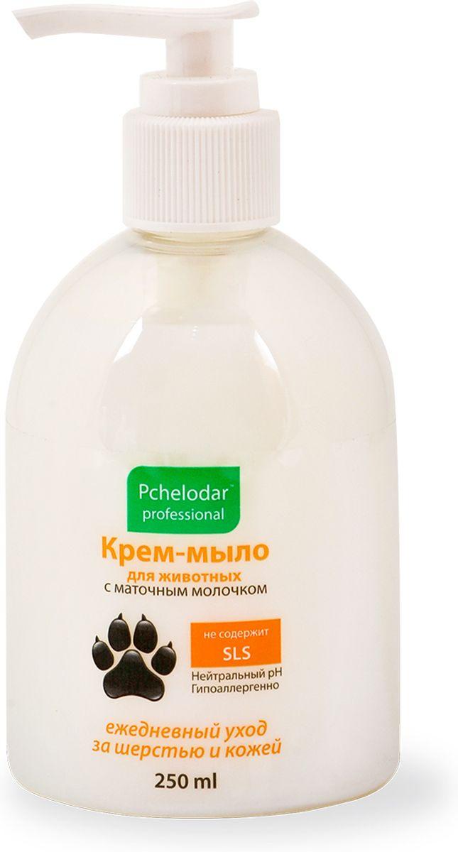 Крем-мыло для животных Пчелодар, с маточным молочком, 250 мл41208Крем-мыло для животных — моющее средство, позволяющее быстро и легко устранить любую грязь и неприятные запахи с шерсти и кожи животного. Крем-мыло предотвращает сухость и раздражение кожи, а входящее в Состав маточное молочко, насыщает шерсть витаминами и минералами. Применяется для интимной гигиены.Средство прекрасно пенится (экономичен в использовании), а легкий цветочный аромат понравится не только животным, но и их владельцам!Подходит животным с чувствительной кожей, котятам и щенкам. Крем-мыла с маточным молочком для лап позволяют применять его животным с чувствительной кожей, склонной к аллергическим реакциям, а также щенкам и котятам.Состав:вода очищенная, магния лаурет сульфат (и)дисодиум лаурет сульфосукцинат, кокамидопропилбетаин, кокамид ДЕА, поликватерниум 7, гликоль дистеарат, кокамид МЕА, содиум лаурет сульфат, лаурет-10, маточное молочко, экстракты трав: ромашки, череды, одуванчика, душицы, провитамин В5, лимонная кислота, хлорид натрия, ЭДТА, парфюмерная композиция, метилхлороизотиазолинон и метилизотиазолинон.ПОКАЗАНИЯ:Крем-мыло с маточным молочком используют для очищения и ухода за кожно-шерстным покровом животного. Применяют по мере необходимости и загрязнения животного. Подходит для интимной гигиены.СПОСОБ ПРИМЕНЕНИЯ:загрязненные участки тела животного (лапы, живот, морда и т.д.) смачивают водой, наносят небольшое количество средства, втирают до пены, затем смывают теплой водой. Можно разбавить средство в емкости с водой и промыть загрязненные участки. При необходимости процедуру повторить.УСЛОВИЯ ХРАНЕНИЯ:срок годности при соблюдении условий хранения — 2 года со дня изготовления.ФОРМА ВЫПУСКА:пластиковый флакон с дозатором объемом 250 мл.