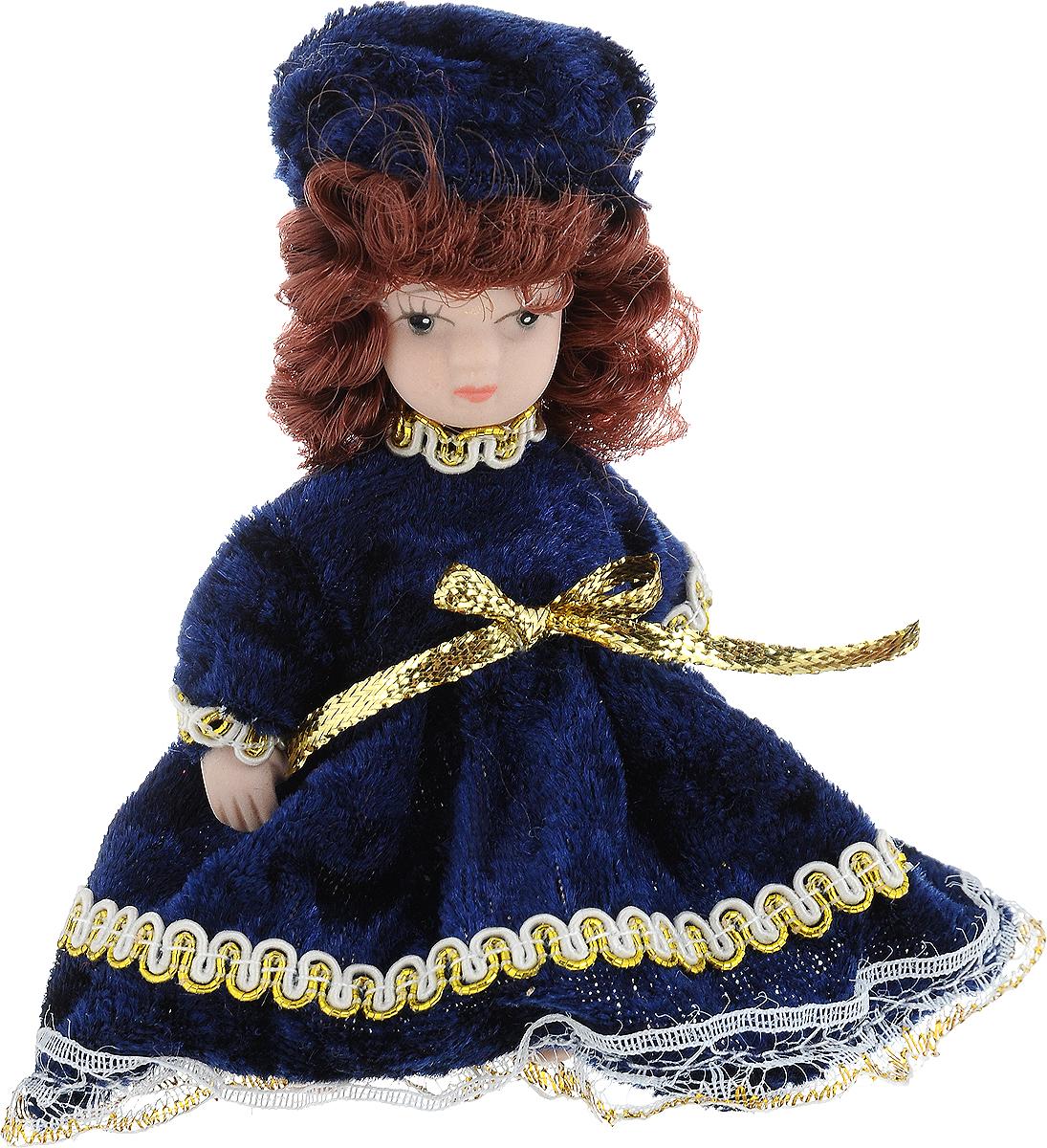 Фигурка декоративная Lovemark Кукла, цвет: бежевый, синий, золотистый, высота 10 см4041485343547Фигурка декоративная Lovemark Кукла изготовлена из керамики в виде куклы с кудрявыми каштановыми волосами, большими глазами и ресницами. Куколка одета в длинное бархатное платье, декорированное золотистой тесьмой и бантиком, и шапочку. Вы можете поставить фигурку в любое место, где она будет красиво смотреться и радовать глаз. Кроме того, она станет отличным сувениром для друзей и близких. А прикрепив к ней петельку, такую куколку можно подвесить на елку.